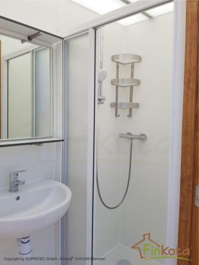 Duo mit geöffneter Duschkabine